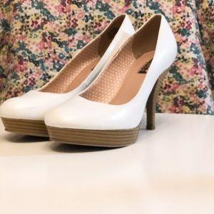 Unlisted White Platform Heels (pinup girl)